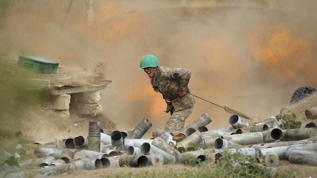 Un soldat crie en actionnant le canon.