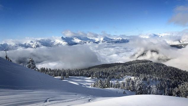 Des montagnes enneigées.