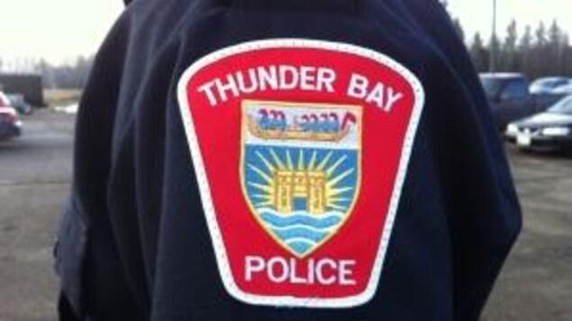 Badge avec le logo du service de police de Thunder Bay sur la manche d'un uniforme.