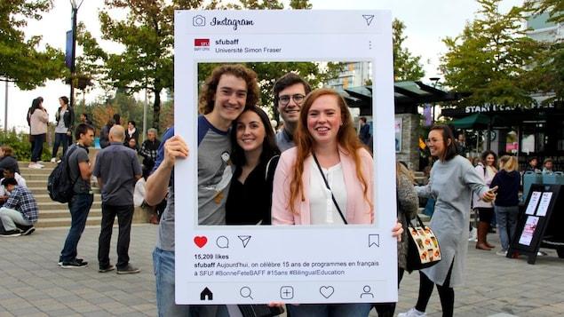 des étudiants sur un campus universitaire.