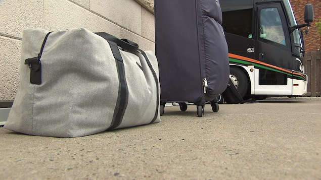 Bagages posées sur le sol.