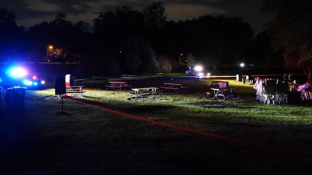 Une scène de crime dans un parc.