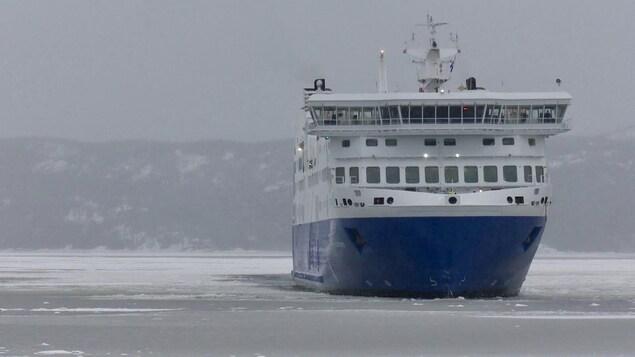 Le navire sur le fleuve.