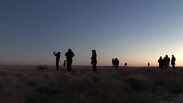 Des passionnés d'exploration spatiale réunis à l'aube près du pas de tir