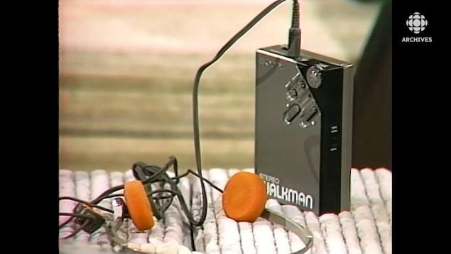 Exposé sur une table, u appareil radiocassette portatif «Walkman» de Sony muni d'un casque d'écoute.