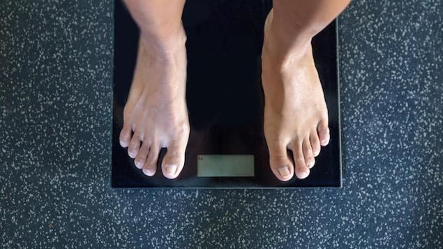 Des pieds sur une balance.