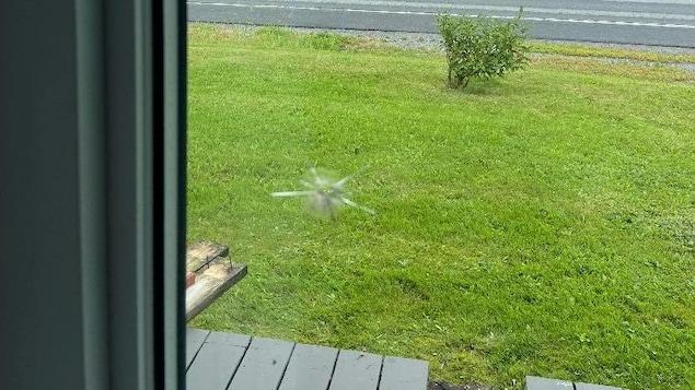 Un impact dans une fenêtre.
