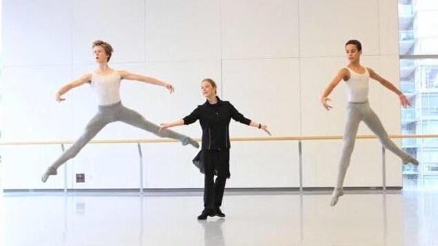 William Tessier-Legault  s'entraîne à Toronto. On l'aperçoit avec un autre danseur et un professeur.