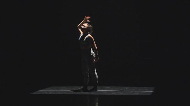 Une danseuse sur scène.
