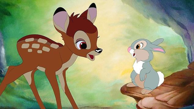 Le faon Bambi sourit au lapin Panpan