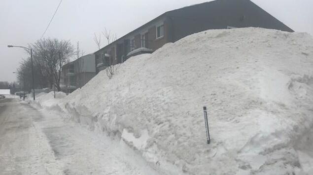 Les bancs de neige sont très hauts dans le secteur de la rue de Belfort, dans l'arrondissement de Charlesbourg, à Québec.