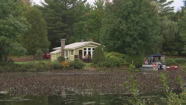 Une maison sur le bord d'un lac.