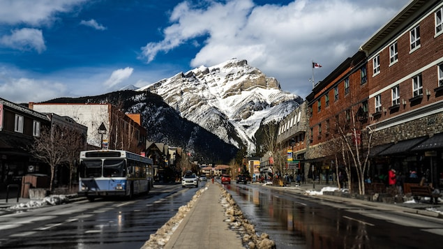 Le centre-ville de Banff regorge de boutiques et de restaurants.