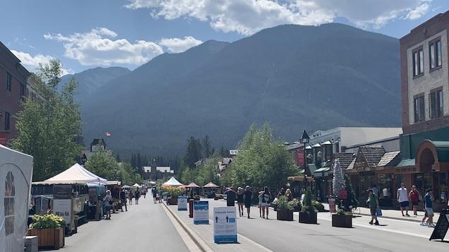 La rue centrale à Banff, avec des panneaux indiquant les mesures de distanciation à respecter.