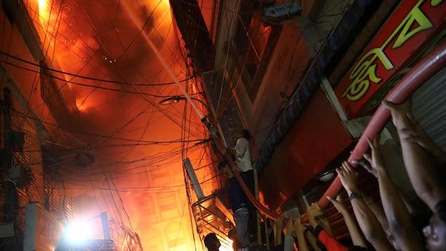 L'incendie à Dacca s'est déclaré dans un immeuble d'habitation combiné avec un entrepôt de produits chimiques.