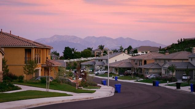 Un quartier de banlieue à la tombée du jour en Californie.