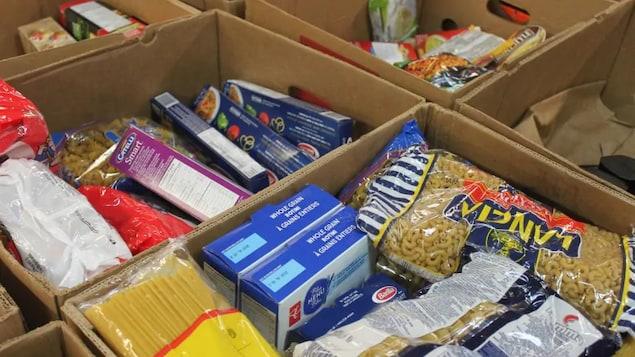 Des paquets de pâtes sèches sont empilées dans des boîtes de carton