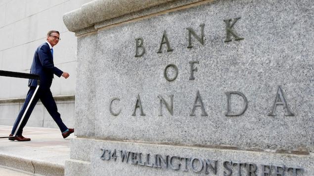 Le gouverneur Tiff Macklem entrant dans l'édifice ottavien de la Banque du Canada.