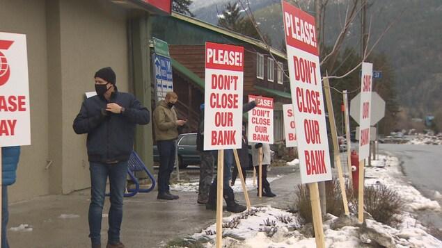 Des clients de la Banque Scotia manifestent devant la succursale de Pemberton.