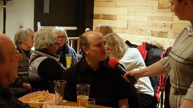 Pascal Bernatchez, professeur et titulaire de la Chaire de recherche en géoscience côtière à l'UQAR lors du Bar des sciences sur l'érosion des berges à Rimouski.