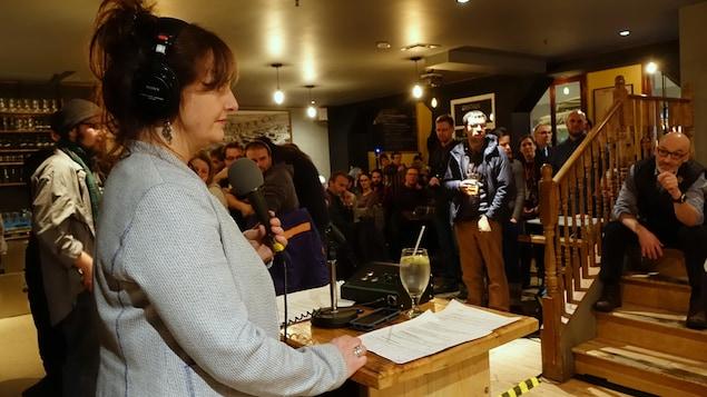 Sophie-Andrée Blondin de l'émission Les années lumière de Radio-Canada échange avec le maire de Rimouski, Marc Parent, lors d'un Bar des sciences sur l'érosion des berges.