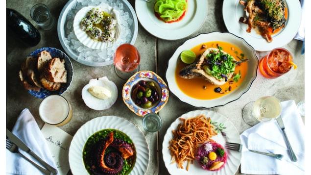 Des plats gastronomiques sur une table.