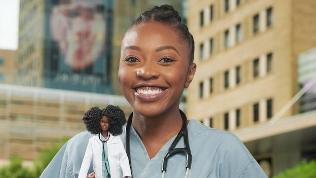 Une jeune femme souriante, en tenue médicale, tenant une Barbie à son effigie.