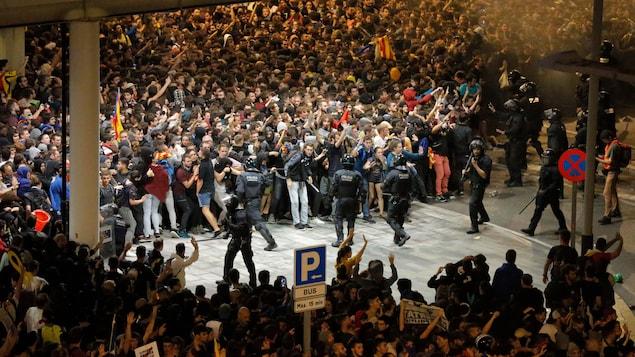 Des milliers de manifestants indépendantistes tentant de bloquer l'aéroport de Barcelone.