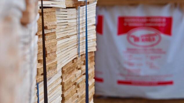 Jusqu'à 90 % des bardeaux de cèdre de la scierie Waska au Nouveau-Brunswick sont destinés au marché américain.