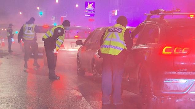 Des policiers procèdent à des contrôles routiers.
