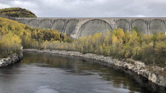 Une vue du barrage Daniel-Johnson, le plus haut barrage à voûtes multiples et à contreforts du monde.