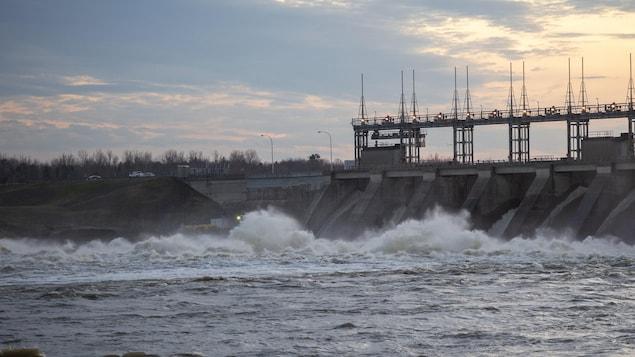 Un barrage hydro-électrique au Québec.