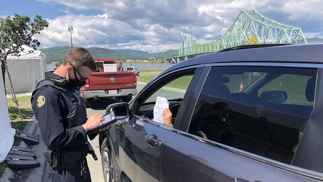 Un agent pose des questions à un automobiliste.