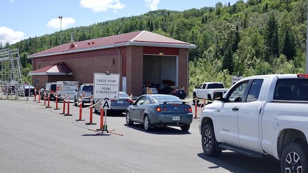 File d'attente d'automobilistes au point de contrôle entre le Madawaska et le Témiscouata.