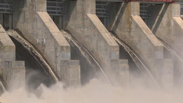 Gros plan sur l'eau qui sort d'un barrage de Rio Tinto