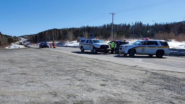 Les policiers contrôlent les déplacements sur la route 132.