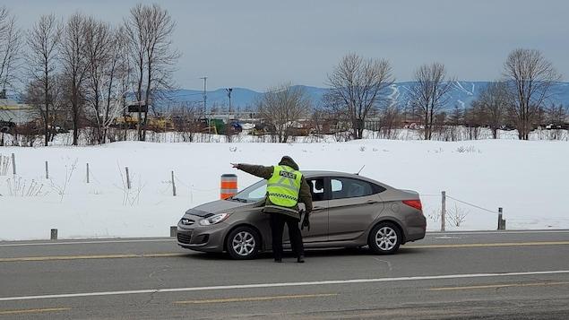Un agent de la paix contrôle une automobile à La Pocatière, à la sortie 439 de l'autoroute 20.