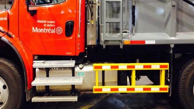 Barres latérales de protection sur un camion de la Ville de Montréal.