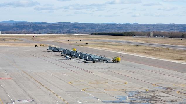 Des CF-18 stationnés sur le tarmac de la base militaire.