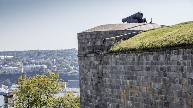 Le Bastion du roi de la Citadelle de Québec a été construit à l'époque avec du Grès vert de Sillery.
