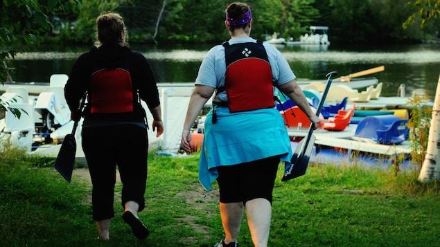 Les femmes s'apprêtent à participer à leur dernier entraînement de bateau-dragon sur la rivière Magog à Sherbrooke.