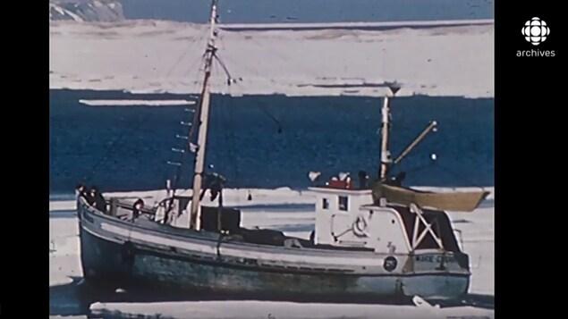 Bateau de pêche en mer en Gaspésie en hiver.