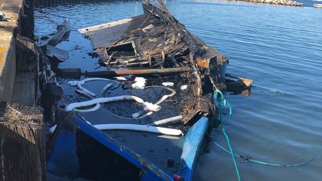 Un bateau incendié.
