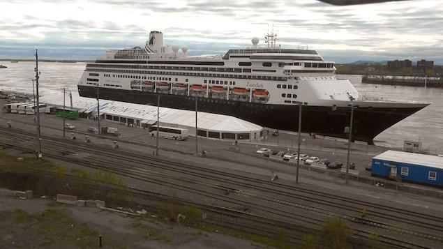 Un navire de croisière dans le port de Montréal.