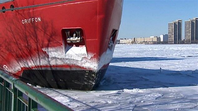 Un bateau à quai sur la voie maritime du Saint-Laurent.