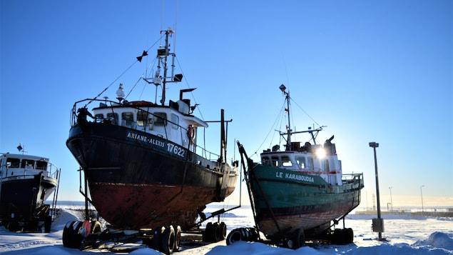 Deux bateaux hivernisés à Carleton-sur-Mer