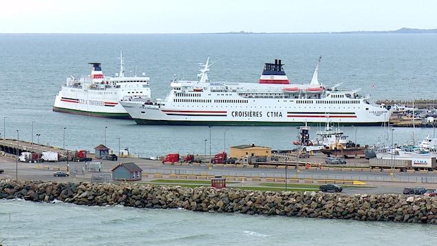 Deux navires de la CTMA sont à quai aux Îles-de-la-Madeleine.