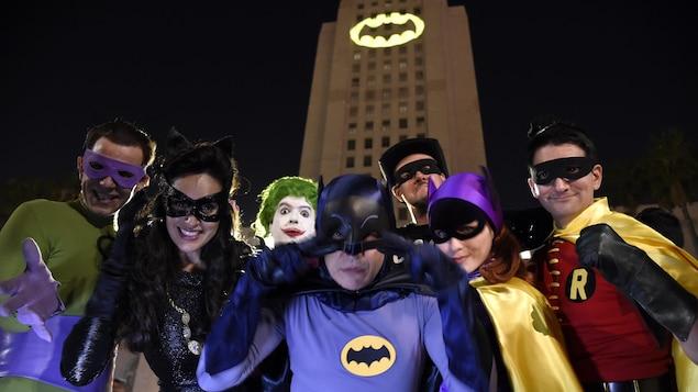 Des admirateurs de l'univers de Batman se sont retrouvés jeudi soir devant l'hôtel de ville de Los Angeles.