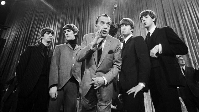 Les Beatles avec Ed Sullivan, en noir et blanc.