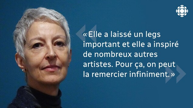 Infographie avec le visage de Béatrice Djahanbin sur un fond bleu. Une citation est imbriquée : «Elle a laissé un legs important et elle a inspiré de nombreux autres artistes. Pour ça, on peut la remercier infiniment.»